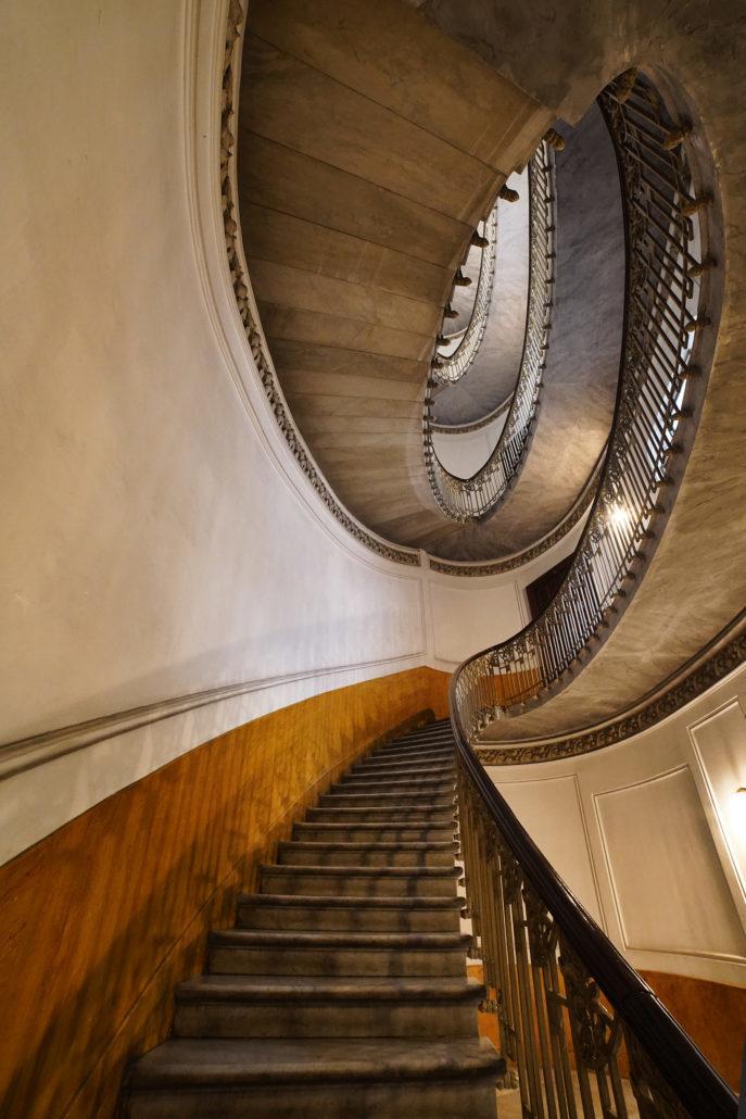 Palazzo Mannajuolo : La véritable perle de l'édifice, qui de l'extérieur n'attire pas l'attention, est le célèbre escalier elliptique, conçu par l'architecte Arata, avec de fines marches en marbre massif.