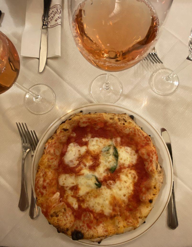 La Pizza napolitaine, tel que vous pourriez la manger à Naples. Vous pouvez avoir la recette de la pizza napolitaine, l'imiter, être le meilleur pizzaiolo du monde, il est pratiquement impossible de la faire identique!