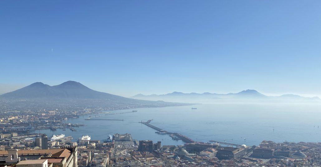 Naples la plus belle ville d'Italie, de nombreux poètes, écrivains, acteurs du présent et du passé ont chantés les louanges de la ville. Les dénominateurs communs sont la beauté du Golfe et le caractère inimitable du peuple napolitain.